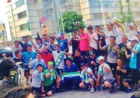 ゴールの今池・ガスビル前での集合写真。大村秀章愛知県知事と大塚耕平参議院議員 も一緒(平成25年7月7日)
